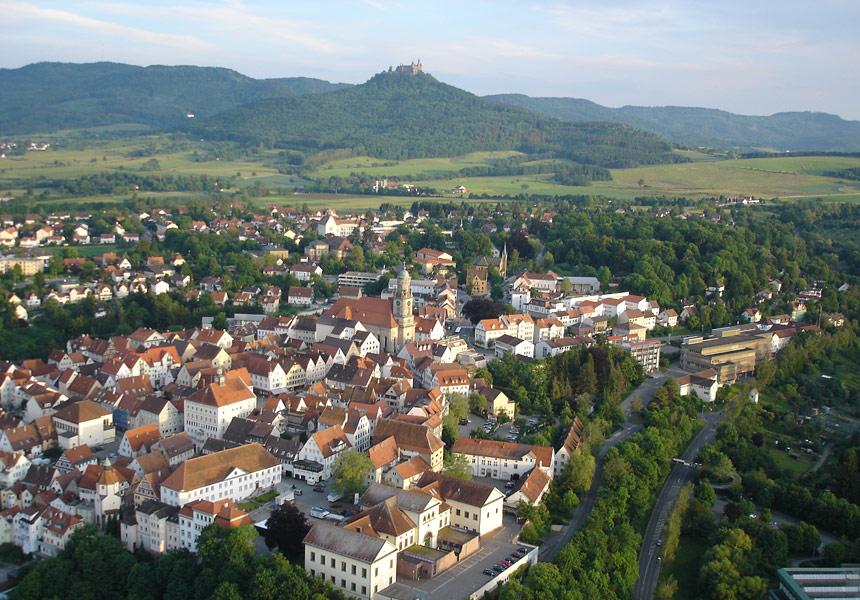 Blick auf Hechingen mit der Burg Hohenzollern im Hintergrund