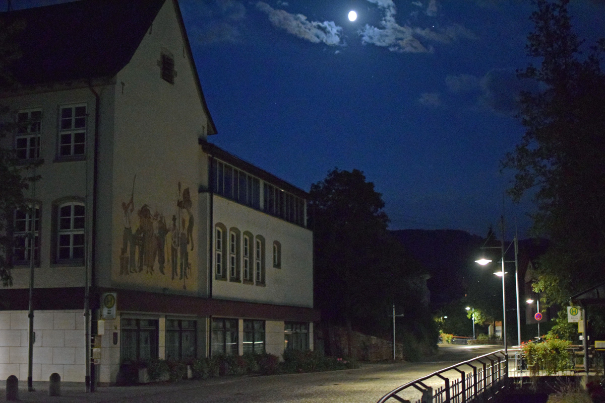 Straßenlampen mit LED-Leuchten erhellen auch die Bachstraße in Stetten