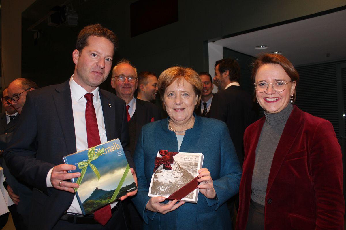 Die Kanzlerinnentanne 2018 kommt aus Hechingen - Übergabe in Berlin (Foto: Hohenzollerische Zeitung)