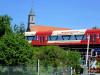 Mit uns zieht die neue Zeit: Zug der Hohenzollerischen Landesbahn vor der Klosterkirche St. Luzen (Foto: Rosemarie Luppold)