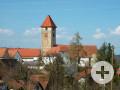 Außenansicht Kirche Sankt Marien in Weilheim, davor Pfarrhaus