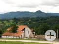 Außenansicht römischer Gutshof, im Hintergrund Albberge und Burg Hohenzollern