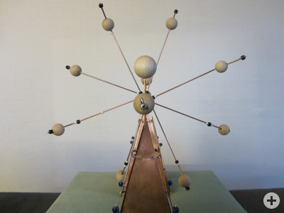 Drehflügel mit Perlen auf Kupferblech-Pyramiden