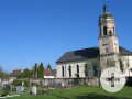 Außenansicht Sankt Markus in Stein, im Vordergrund Friedhof