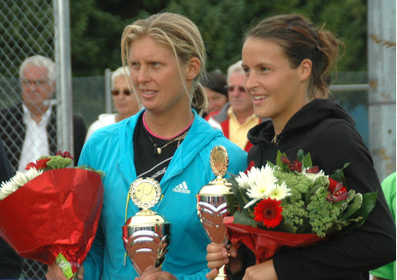 Tatjana Malek und Sandra Klemenschits bie der Siegerehrung