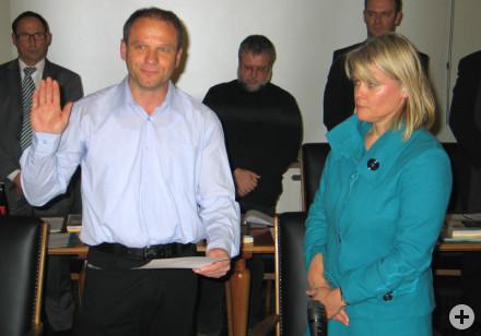 Nikolaus Schetter wird von Bürgermeisterin Dorothea Bachmann vereidigt