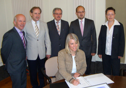 Bürgermeisterin Dorothea Bachmann bei der Vertragsunterzeichnung