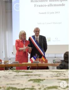 Bürgermeister Philippe Le Breton überreicht Bürgermeisterin Dorothea Bachmann die Medaille der Stadt Joué-lès-Tours.