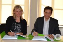 Frau BM Bachmann und Dipl.-Ing. Stephan Weinen beim Unterzeichnen des Vertrages