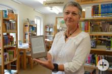 Zum Testen: Büchereileiterin Sylvia Rieker mit einem der ebook-Reader, die ab dem kommenden Dienstag ausgeliehen werden können